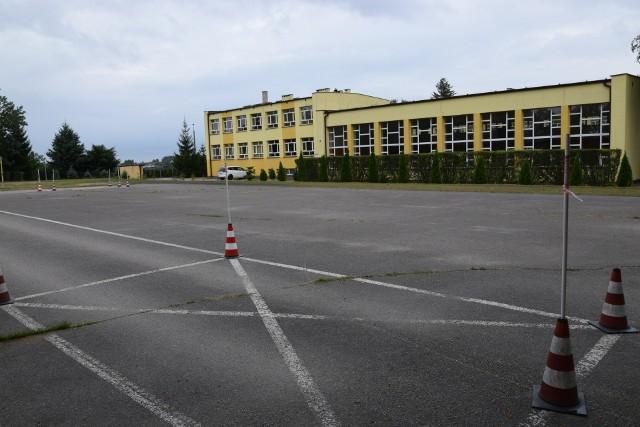Powiat ogłosił przetarg na remont sali LO w Sępólnie. W drugim etapie ma być zmodernizowane boisko, lecz na dziś brakuje pieniędzy na wykonanie inwestycji w stu procentach
