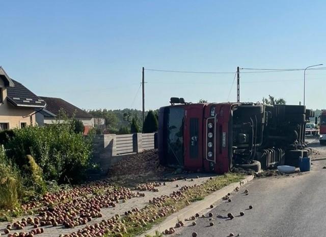 Ciężarówka i naczepa wywróciy się, drogę zasypały jabłka