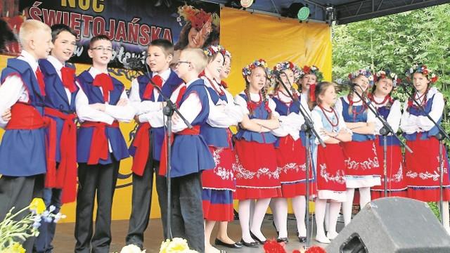 """Po przeglądzie w Czołowie - młodzi """"Swojacy"""" z Bieganowa to wyjątek""""Swojacy"""" z Bieganowa - choć  już rozpoczęli wakacje,  przyjechali do Czołowa, żeby zaśpiewać na  przeglądzie. Ale po występie - pełna laba!  Zasłużona, pracowali na nią przez cały rok"""