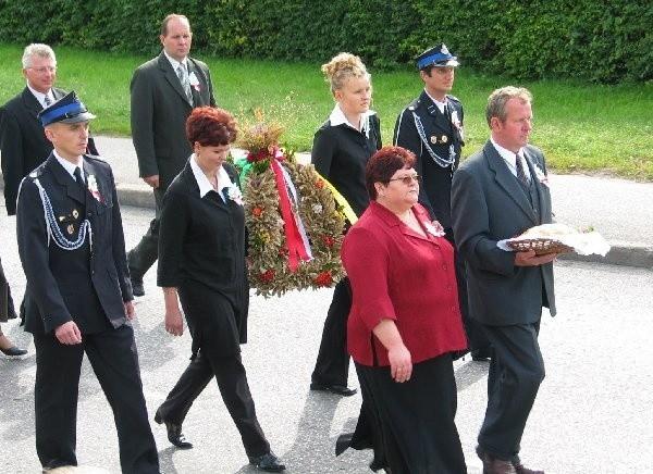 Dożynkowy bochen nieśli: Elżbieta Freszka i  Mieczysław Drewek.