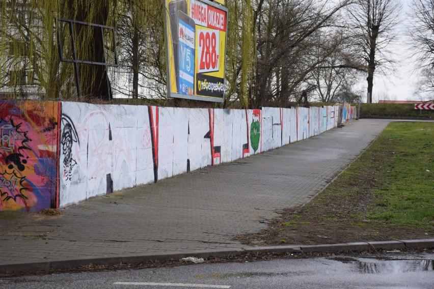 Część barwnego muru została uszkodzona. Czy ogrodzenie zniknie?