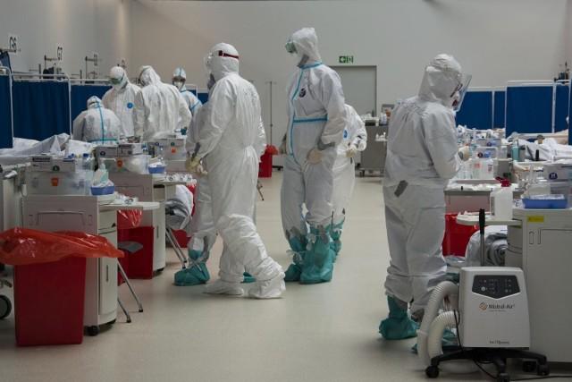 Koronawirus w Polsce 25 września 2021. Alarm. Prawie 1000 zakażeń. Najwięcej nowych zachorowań jest w woj. mazowieckim. Zmarło 20 osób.