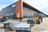 Centrum handlowe Sekunda w Jędrzejowie na trzy tygodnie przed otwarciem. Na obiekcie pojawiła się nazwa galerii i pierwsze szyldy! (ZDJĘCIA)