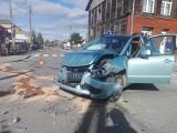 Wypadek w Brańsku na skrzyżowaniu ulic Mickiewicza i Jana Pawła I. Jedna osoba trafiła do szpitala [ZDJĘCIA]