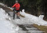 Droga rowerowa nadal pod śniegiem i śmieciami (zdjęcia)