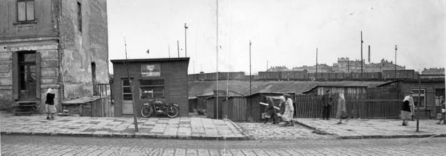 Po lewej kamienica Jochera Izraelity, która została postawiona przez niego w 1910 roku. Za torami widać gmach dworca PKP. Lata 50. XX wieku