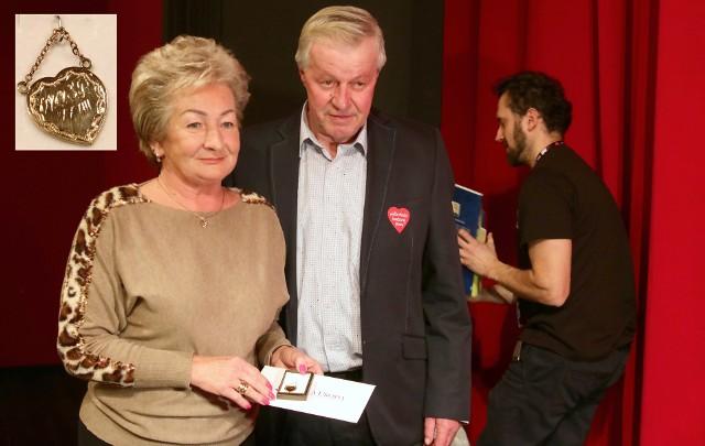 Najcenniejszym przedmiotem wystawionym w niedzielę na aukcję WOŚP - przeprowadzono ją  w Centrum Kultury Teatr - był wisior, złote serduszko, ufundowane przez szefów zakładu złotniczego: Marka Guderę, Piotra Rogoziewicza i Andrzeja Matczaka z Grudziądza. Wartość ozdoby to ok. 1,5 tys. zł, ale na aukcji osiągnęła ona cenę 3,5 tys. zł. Taką kwotę, wcześniej przebijając  własne oferty,  zapłacili Elżbieta  i Zdzisław Cichoraccy z Grudziądza. W teatrze przeprowadzono też m.in. turniej wiedzy samorządowcy kontra sportowcy. Zwyciężyli sportowcy. Były też inne atrakcje, m.in. spektakle dla dzieci.