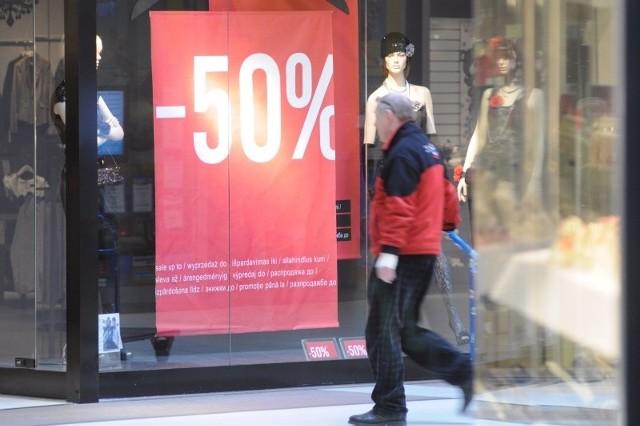 Większość sieciowych sklepów w Opolu rozpoczęła poświąteczne wyprzedaże od pułapu 50 procent. Wytrawni sklepowi łowcy czekają, aż ceny spadną o 70 proc. (fot. Sławomir Mielnik)