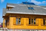 Trend na dom pod miastem w skandynawskim stylu: pompa ciepła i panele fotowoltaiczne na dachu - mile widziane
