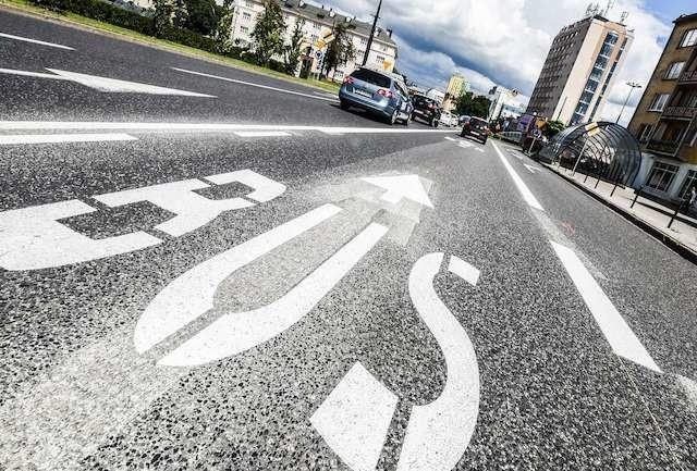 Nie wszyscy kierowcy oswoili się już z nowym oznakowaniem na ulicy Bernardyńskiej. Wciąż wielu z nich korzysta z nowego buspasa. Do łamania przepisów zachęca ich bierność policji