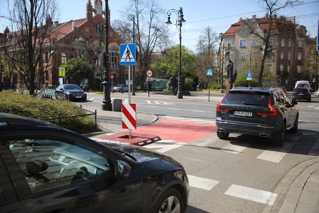Nowa organizacja ruchu została wprowadzona na skrzyżowaniu ulic Piłsudskiego, Wenecja, Garncarskiej i Retoryka.