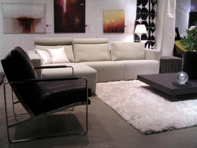 Salon w apartamentowcuBardzo duże mieszkania nie cieszą się obecnie dużym zainteresowaniem inwestorów.