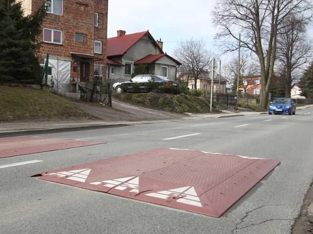 Próg, który zamontowano w pobliżu górnego kościoła na ul. Staroniwskiej poprawił bezpieczeństwo w tej okolicy. Mieszkańcy twierdzą, że to za mało.