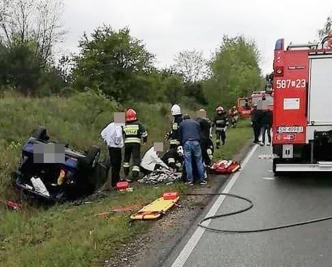 Seat dachował na Śląskiej w Rybniku. Dwie osoby trafiły do szpitala