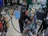 Zuchwała kradzież w Żabce. Policja poszukuje tego mężczyzny