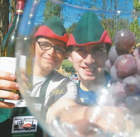 Uczniowie Zespołu Szkół i Placówek Kształcenia Zawodowego przy różnych okazjach promują nowe technika i bezpłatne pięciomiesięczne kursy, związane z winiarstwem.