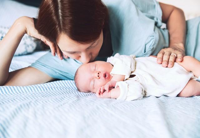 Okres po porodzie to wyjątkowy czas dla każdej świeżo upieczonej mamy. Pierwsze 6 tygodni to czas połogu, gdy ciało kobiety wraca do stanu sprzed ciąży. Kilka tygodni potem, w zależności od tego, czy mama karmi piersią czy nie, może wystąpić miesiączka i powrócić płodność.