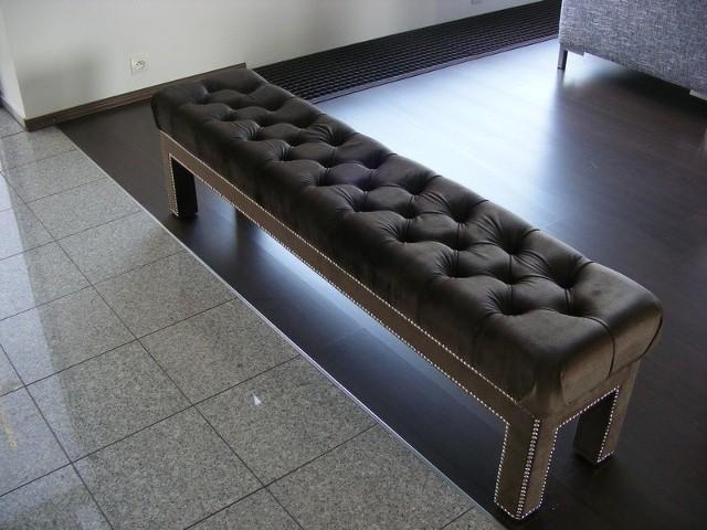 Proste ławy-siedziska, pokryte pikowaną ekologiczną skórą,  cieszą się dużym powodzeniem wśród klientów. To tegoroczny hit!