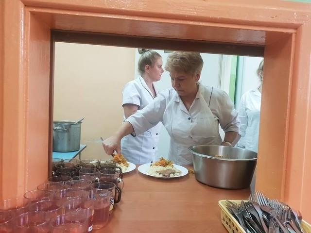 Wydawanie bezpłatnego posiłku w SP nr 138 w Łodzi
