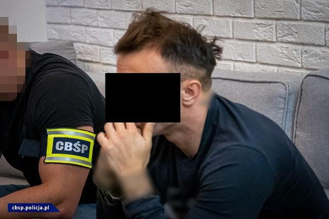 Funkcjonariusze rzeszowskiego CBŚP i Europolu rozbili grupę zajmującą się nielegalnym handlem rzekomymi lekami na potencję. Zatrzymano 10 osób, m.in. w Mielcu.