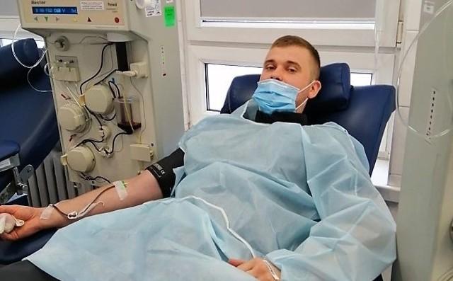 Jeden z funkcjonariuszy Służby Więziennej oddaje osocze w radomskim centrum krwiodawstwa. Akcja w całym kraju potrwa do 11 grudnia.