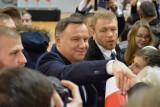 """Prezydent Andrzej Duda w Człuchowie. Przemawiał, potem były rozmowy, autografy i """"selfiki"""" z mieszkańcami"""
