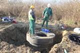 W ul. Polnej w Brzezinach powstaje kanalizacja sanitarna. Już zamontowali przepompownię ścieków