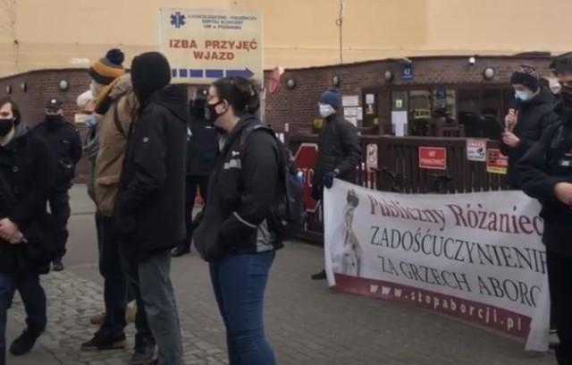 Pod szpitalem Ginekologiczno-Położniczym Szpitalem Klinicznym, przy ulicy Jackowskiego odbyła się pikieta organizowana przez Fundację Pro-Prawo do Życia.