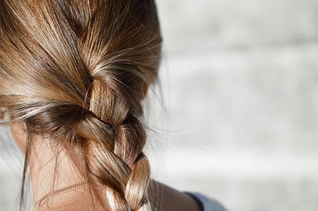 Włosy mogą całkowicie zmienić wygląd, szczególnie u kobiety. Mocne, lśniące to marzenie niejednej pani. Niestety pielęgnacja włosów nie należy do najprostszych. Jest także wiele czynników, które wpływają negatywnie na nasze włosy. Jak o nie zadbać? Jak sprawić by były piękne? Sprawdźcie. Szczegóły na kolejnych zdjęciach >>>