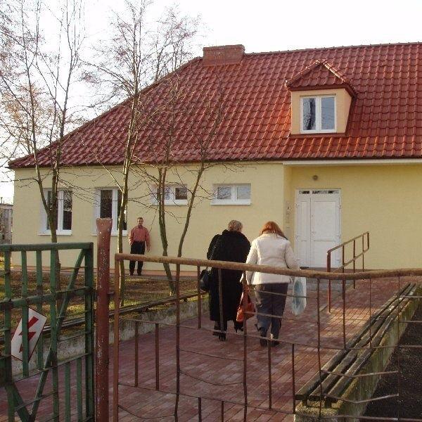 Pięknie odnowiony budynek, w którym urządzono Wiejski  Dom Kultury, ma być miejscem spotkań i rozrywki  mieszkańców okolicznych wsi.