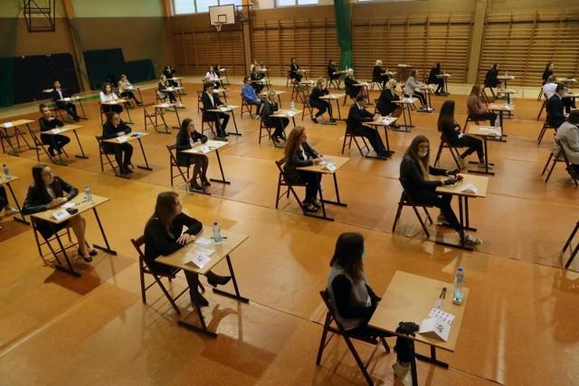 Próbna matura nie jest obowiązkowa, ale z reguły przystępuje do niej zdecydowana większość uczniów ostatnich klas szkół średnich, którzy zamierzają zdawać egzamin maturalny. Poza tym, w związku z wprowadzonymi obostrzeniami i zasadami sanitarnymi, egzaminy ustne nie będą obowiązkowe. To forma wyłącznie dla chętnych, np. dla osób, które będą aplikowały do szkoły za granicą.Tegoroczna próbna matura odbędzie się między 3 a 16 marca. Szkoły będą mogły przeprowadzić ją ze wszystkich przedmiotów, które w maju będą zdawać ich podopieczni.Zgodnie z wytycznymi Centralnej Komisji Egzaminacyjnej, próbne egzaminy tegoroczni maturzyści będą zdawać zasiadając w szkolnych ławkach. Egzaminy odbywać się będą w szkołach przy zachowaniu zasad reżimu sanitarnego, identycznych jakie obowiązywały przy organizacji ubiegłorocznych matur.  Jak się szacuje w całym kraju do próbnych matur przystąpi około 250 tysięcy uczniów. Na Dolnym Śląsku będzie ich blisko 16,5 tysiąca, a we Wrocławiu około 5,5 tysiąca.Na kolejnych stronach prezentujemy harmonogram próbnych matur, oraz najważniejsze zasady organizacyjne i sanitarne, jakie będą obowiązywały zdających.