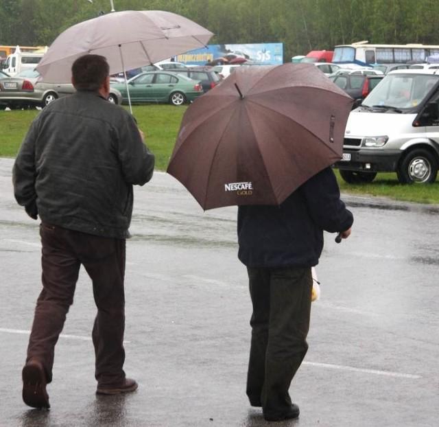 Parasolki i samochody to pejzaż z wczorajszej giełdy w Miedzianej Górze.