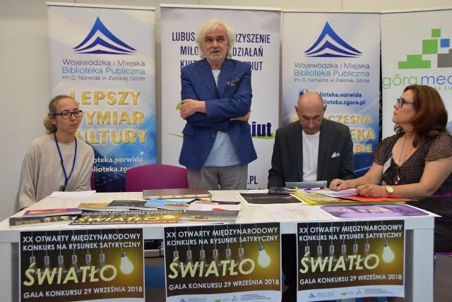 Dyrektor biblioteki Norwid Andrzej Buck rozpoczął konferencję prasową dotyczącą międzynarodowego konkursu na rysunek satyryczny Światło