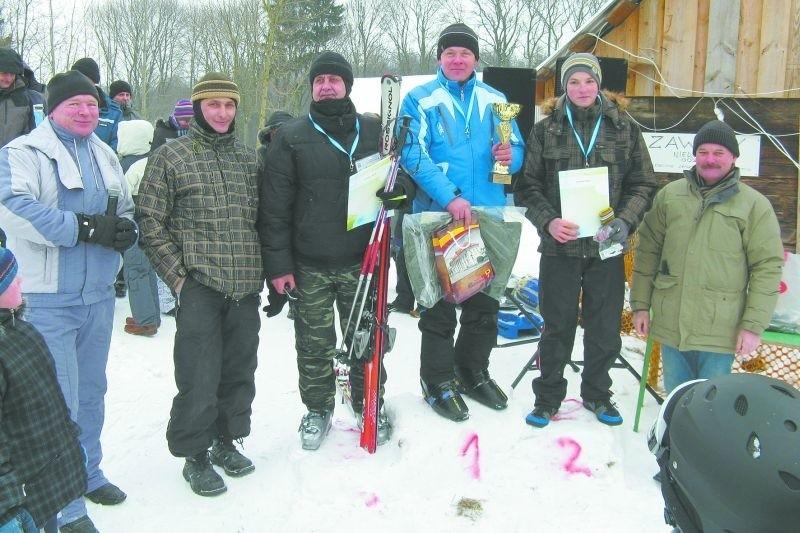Pamiątkowe zdjęcie zwycięzców zjazdu alpejskiego dorosłych na K2. Pierwszy z lewej – ks. Wiesław Wojteczko, proboszcz z Kundzina.
