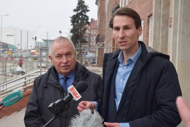 W konferencji prasowej, zorganizowanej 27 stycznia 2020 r. przed drzwiami Urzędu Marszałkowskiego, wzięli udział poseł Kacper Płażyński (z prawej) i radny sejmiku Jerzy Barzowski