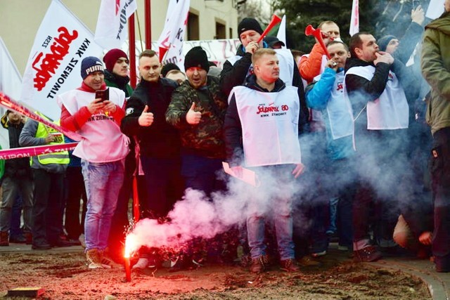 Manifestacja w Imielinie przerodziła się niemal w bijatykę. Doszło do szarpaniny. W ruch poszły petardy i kamienie.