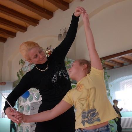 Ludmiła Jędrzyjewska. Mieszka w Bytomiu Odrzańskim od sześciu lat. Z pochodzenia jest Polką, ale urodziła się na dalekiej północy Rosji. Ukończyła Wyższą Szkołę Baletową i uniwersytet w dzisiejszym Jekaterynburgu na wydziale tanecznym. Ma córkę Inessę. Jej całym życiem jest taniec. W wolnym czasie ogląda filmy o tej tematyce lub tańczy.