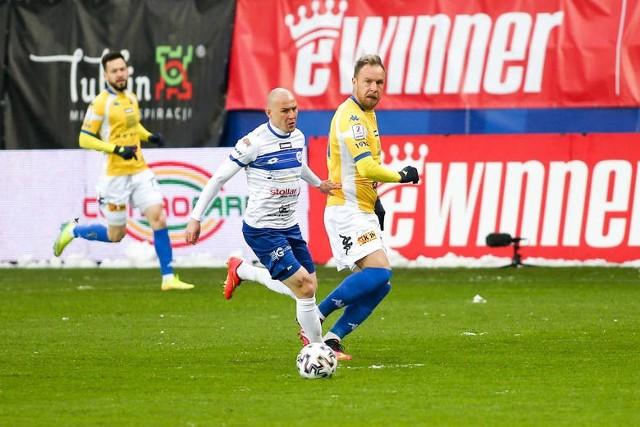 Kamil Adamek (z piłką) strzelił w Lublinie dziesiątego gola w sezonie. Oby w sobotę licznik snajpera Wigier bił dalej.