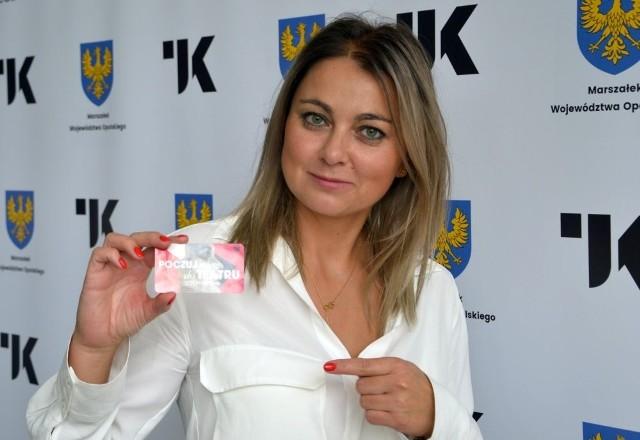 Anna Karoń demonstruje kartę teatromana.