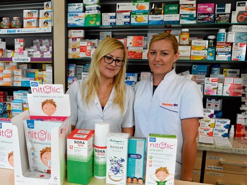 - Obserwujemy, że preparaty eliminujące wszy sprzedają się w znacznych ilościach we wrześniu oraz na wiosnę, nawet teraz - mówią farmaceutki Elżbieta Kin-Czopek (z prawej) i Anna Żuchowicz