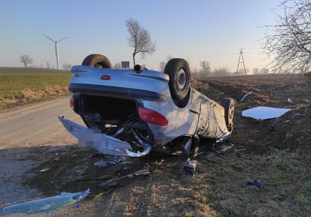 Właściciel samochodu uczył młodszego brata jeździć autem. Niedoświadczony 19-latek nie dostosował prędkości do warunków na drodze, doprowadził do dachowania samochodu. Mężczyźni uciekli z miejsca zdarzenia do domu, porzucając rozbitego peugeota i zgłosili jego kradzież. To z obawy przed konsekwencjami, bo młodszy z nich nie ma uprawnień do kierowania. Ale kary nie unikną.