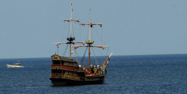 Statek piracki niemal w każdej nadmorskiej miejscowości jest atrakcją dla turystów. Największe jednak powodzenie mają rejsy wieczorne, aby oglądać zachody słońca.
