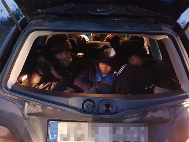 Pogranicznicy zatrzymali 10 obywateli Wietnamu za nielegalne przekroczenie polsko-litewskiej granicy państwowej