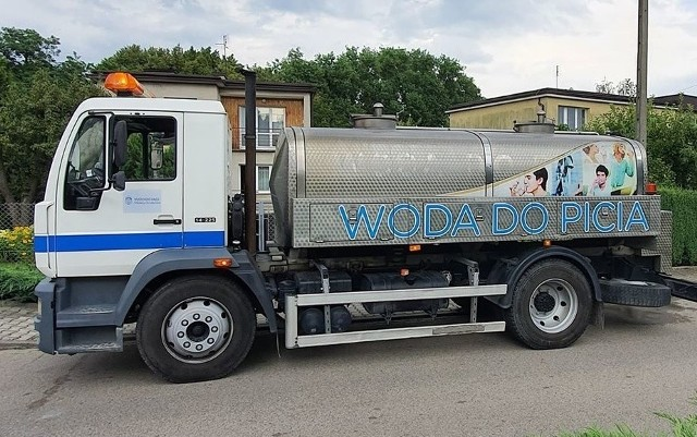 Dwa beczkowozy ściągnięte z Krakowa są już w Wieliczce. Dziś będą dostarczać mieszkańcom wodę do godz. 22, a w piątek przez cały dzień (od godz. 8)