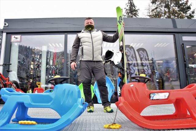 Łukasz Stanclik mówi, że w tym czasie sanki, jabłuszka i narty skiturowe cieszą się ogromnym zainteresowaniem zainteresowaniem wśród miłośników białego szaleństwa.