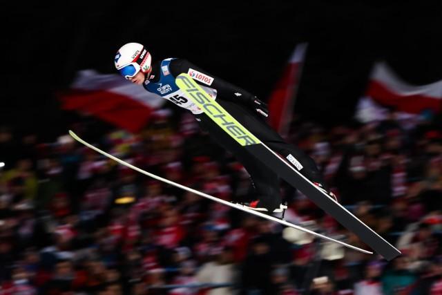 Zawody Pucharu Świata w skokach narciarskich w Wiśle i Zakopanem to bez wątpienia jedno z największych, jak nie największe, wydarzeń sportowych w Polsce. Co roku polscy skoczkowie na swoim terenie mogą liczyć na gigantyczny doping, a bilety sprzedają się w zawrotnym tempie. Na najbliższe zawody wstęp będą miały jednak tylko osoby zaszczepione przeciw COVID-19. To już niemal pewne - zdradził sekretarz generalny Polskiego Związku Narciarskiego.CZYTAJ DALEJ NA KOLEJNYCH SLAJDACH --->