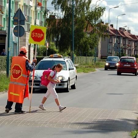Osoba przeprowadzająca uczniów przez przejście przy żarskiej SP-5 jest zdaniem rodziców i nauczycieli bardzo potrzebna, zwłaszcza przy tak ruchliwej ulicy.