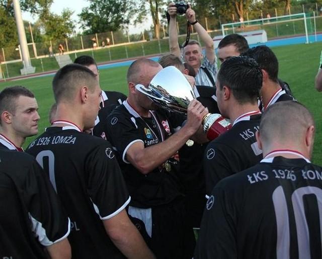 Piłkarze z Łomży mieli co fetować. ŁKS wygrał IV ligę i wojewódzki Puchar Polski