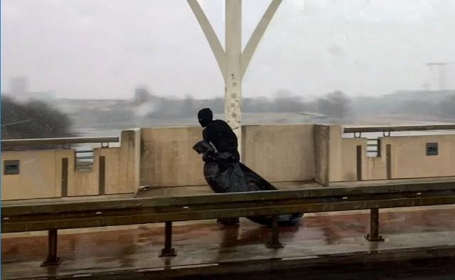 Mężczyzna w kominiarce zauważony na moście Rocha.