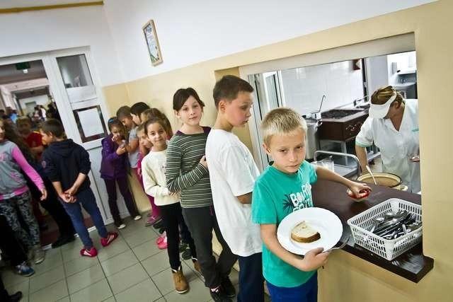 Uczniowie Szkoły Podstawowej nr 10 jedzą dwudaniowy obiad za 3 złote